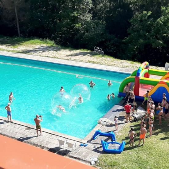 Bazén v hotelovém areálu